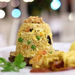 ข้าวอบสับปะรด   Pineapple fried rice 190 THB ข้าวหอมมะลิผัดคลุกเคล้าผงกะหรี่ ผั