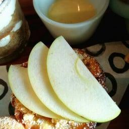 Apple crumble with vanila sauce