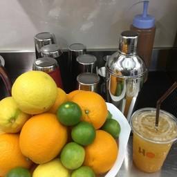 Mocktail ร้าน HOLY ใช้ผลไม้สดๆคั้นและเชคผ่านน้ำแข็งให้ความสดชื่น