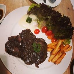 สีของอาหารอาจจะดำๆไปนิด เพราะเป็นพริกไทยดำ แต่เนื้อหมูนุ่มมาก ผักสด เฟรนช์ฟรายกร