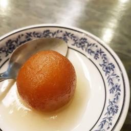 เป็นแป้งสุกในน้ำเชื่อม เนื้อสัมผัสคล้ายทองหยอด แต่ไม่มีไข่ กลิ่นคล้ายโดนัท