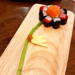 ชิ้นปลา Hamaji  นุ่มๆ แต่เข้มข้น รวมกับรสชาติของไข่ปลาบินสองสีสองรสชาติ เวลาทาน