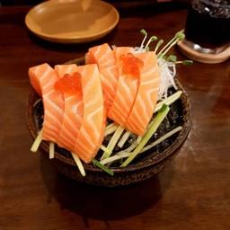 salmon สด ชิ้นโต พอดีคำ กัดลงไปได้ความรู้สึกและรสชาติของปลา อย่างเต็มคำ!!!
