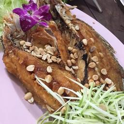 ปลาทอดอร่อยดี แต่เสียดายที่ใช้มะนาวเทียมทำน้ำยำ