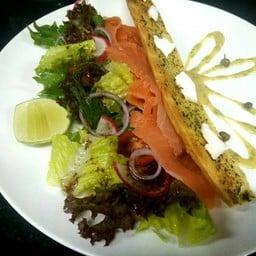 เป็นอาหารจานแรกที่เรียกได้ว่า อร่อยกลมกล่ม ครบรถ ปลาแซลมอนรมควันกับซอสมัสตาด น้ำ