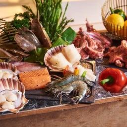 มีทั้งเนื้อวัวและลูกแกะนำเข้าจากออสเตรเลีย ปลาค็อด ปลาแซลมอน หอยเชลล์ กั้งกระดาน