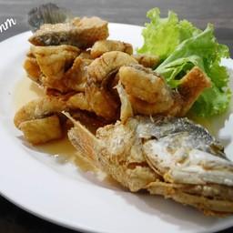 ปลากระพงทอดน้ำปลา (390฿)