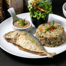 ข้าวผัดเริงเมืองปลาทูทอด