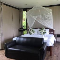 ภายในห้องนอน Deluxe Villa เตียงที่นี่นอนสบายไม่ปวดหลังค่ะ ห้องไม่กว้างมาก