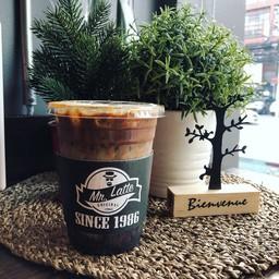 กาแฟใส่นมและแบล๊คช๊อกโกแลต ซิกเนเจอร์ของร้าน