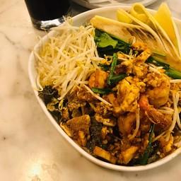 ผัดไทยหนังปลาแซลมอนกรอบกุ้งสด