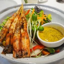 Avocado salad with grilled shrimp