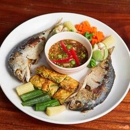 น้ำพริกกะปิปลาทูทอด และผักจิ้ม