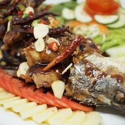 ปลาช่อนทอดราดซอสมะขามสูตรเข้มข้น ทานคู่กับผักเครื่องเคียง เป็นอาหารขึ้นชื่ออย่าง