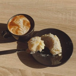 กาแฟร้อนเข้ากับปังเนยนมสดมากๆ