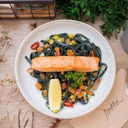 Linguini Spirulina with Salmon Steak