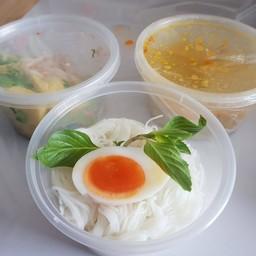 ขนมจีนเส้นสดน้ำยาปู ไข่ปูและเนื้อปูสูตรใต้