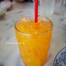 น้ำส้มคั้นสด เนื้อส้มเต็มคำหากการดื่มน้ำส้มที่ไม่ปรุงเเต่งคือทางของคุณ ก็ควรค่าเ