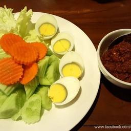 รสชาติเปรี้ยวหวานเค็ม มีความเผ็ดเล็กน้อย เสิร์ฟพร้อมเครื่องเคียงผักสดและไข่ต้ม
