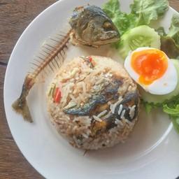 ปลาทูมันอร่อย ผัดมากับน้ำพริกกะปิ. รสจัด เสริฟมาแบบน่ารักๆ เหลือแต่ก้าง 5555