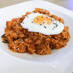 ข้าวผัดกิมจิ (Kimchi Fried Rice with Fried Egg) 129 บาท