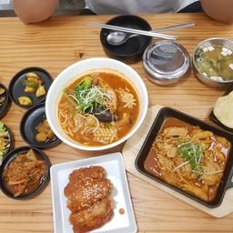 สั่งจัมปง ไก่ทอดเกาหลีกรอบๆซอสหวานๆเผ็ดๆได้กลิ่นเหมือนกลิ่นมันๆถั่วๆค่ะ อร่อยดี