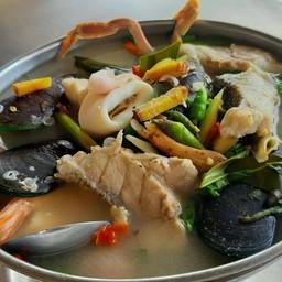 หม้อใหญ่กว่าร้านปกติ ที่มีทั้งเนื้อปลา+ปู+กุ้ง+ปลาหมึก