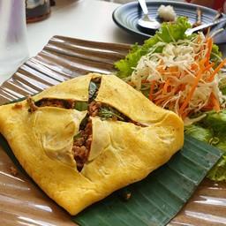 ไข่เจียวห่อลาบ Spicy minced pork in omelette wrap