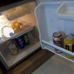 ในตู้เย็นมีน้ำแร่ เบียร์  น้ำอัดลม น้ำส้ม มีบริการ แต่มีราคาติดไว้เสียเงินนะคะ