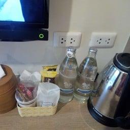 มีกาน้ำร้อน น้ำเปล่า กาแฟ ขนม กระดาษเช็ดชู่ ฟรี