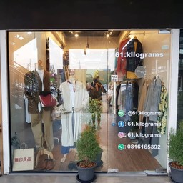 ร้านเรา Pekkyshop4men มากับ 61.kilograms ร้านอยู่ติดกับร้านกาแฟ Room cafe
