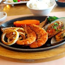 ในจานจะมีกุ้ง2ตัว ปลาหมึก3วง หอย2ตัว ปลา1ชิ้นจะมีเซ็ตข้าวด้วยนะคะ รสชาตจะออกเค็ม