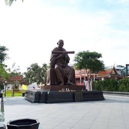 รูปปั้น สมเด็จพระพุฒาจารย์โต ริมแม่น้ำ