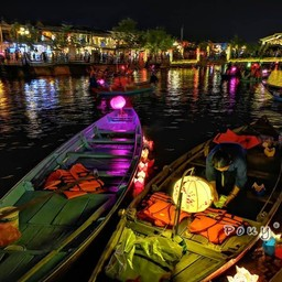ริมน้ำ กิจกรรมที่คนมักทำ: ล่องเรือ และลอยกระทง