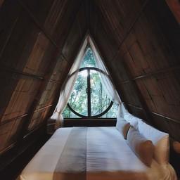 ห้องพักชั้นบน จุดเด่นคือ หน้าต่างรูปเครื่องรางยมทูตจาก Harry Potter (อันนี้เราคิ