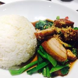 คะน้าฮ่องกงหมูกรอบราดข้าว