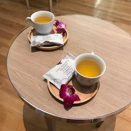 นวดเสร็จคนไทยจะได้ชา+ทองม้วนค่ะ