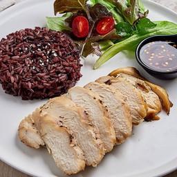 ข้าวไรซ์เบอรี่ + ไก่/หมู ย่างพริกไทยดำ น้ำจิ้มแจ่ว