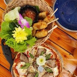 พิซซ่าคอหมูย่าง เตาถ่าน หอมมาก อร่อยถูกลิ้นเพราะเรากินอาหารรสชาดไทย ถาดนี้สั่งแป