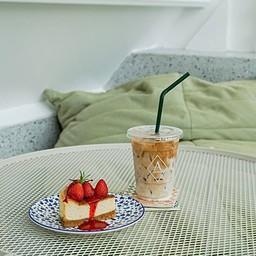 เมนูลาเต้เย็นและสตอร์เบอรี่ชีสเค้ก