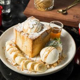 Honey Toast with vanilla ice cream (180 บาท)