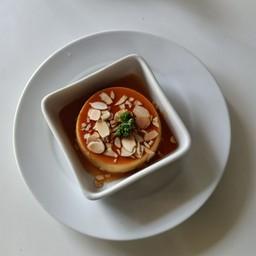 คาราเมลคัสตาร์ดเนื้อนุ่ม ท็อปปิ้งเป็นอัลมอนด์ หอมน่ากินฝุดด