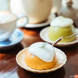 """""""เค้กชาไทย"""" (ราคา 60 บาท) เค้กก้อนกลมเนื้อละมุน หอมกลิ่นชาไทย ราดด้วยวิปครีม"""