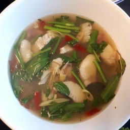 ชอบถ้วยนี้มาก น้ำซุปร้อนๆ เนื้อปลาสดมาก เด้งๆเลย รสชาติก็เผ็ดร้อนด้วยใบกะเพราและ