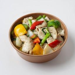 หมู หรือไก่ผัดพริกไทยดำราดข้าว