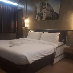 ไฟกลางคืนด้านข้างปรับเล่นสีได้ บางห้องมีเตียงจุดวางของนอนได้อีกคน ^^