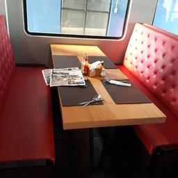โต๊ะแบบนั่งบนรถไฟมีสไตล์^^