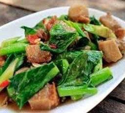คะน้าฮ่องกงผัดน้ำมันหอยหมูกรอบ Chinese Kale Sauteed in Oyster Sauce with Deep Fried Pork Belly