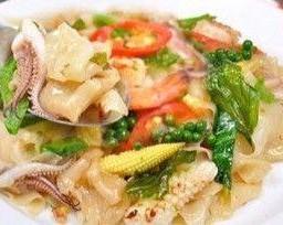 ก๋วยเตี๋ยวผัดขี้เมาเนื้อ กุ้ง หรือปลาหมึก / Flat Rice Noodle Stir Fry with Beef, Shrimps or Squids
