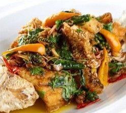 ปลากะพงผัดขี้เมากะเพรากรอบ SeaBass deep fried sauteed in Sweet Red Curry Paste